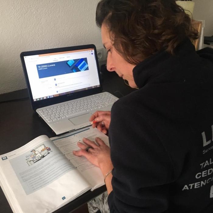 L'alumnat dels tallers d'assistència sociosanitària dels CEDES de la Diputació reprén les classes en format on-line